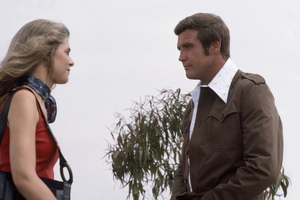 """Lindsay Wagner and Lee Majors in """"The Six Million Dollar Man"""" (Episode: """"The Bionic Woman, Part 1"""")1975** B.D.M. - Image 24293_1593"""