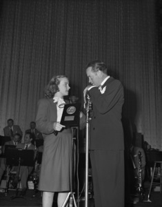 """Bob Hope presents Peggy Ann Garner the Look Magazine Award as the Outstanding Child Actress of 1945 for her performance in """"A Tree Grows in Brooklyn""""1946** B.D.M. - Image 24293_1883"""