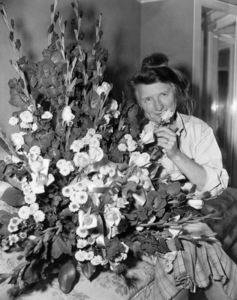 """Marjorie Main on the set of """"Ma and Pa Kettle""""1949 Universal ** B.D.M. - Image 24293_2147"""