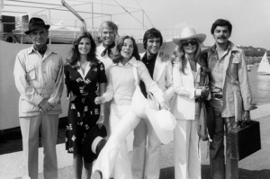 "James Mason, Raquel Welch, James Coburn, Joan Hackett, Ian McShane, Dyan Cannon and Richard Benjamin in ""The Last of Sheila""1973 Warner Bros.** B.D.M. - Image 24293_2680"