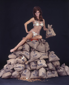 """Raquel Welch in """"The Biggest Bundle of Them All""""1968** I.V. - Image 24322_0141"""