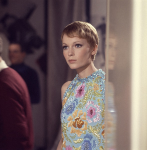 "Mia Farrow in ""A Dandy in Aspic"" 1968 ** I.V. - Image 24383_0349"