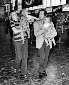 Mia Farrow and Andre Previn at London Airport with their twin sons, Matthew and Sascha1971** J.C.C. - Image 24385_0074