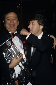 Dustin Hoffman and photographer Ron Galellacirca 1980s© 1980 Gary Lewis - Image 2483_0140