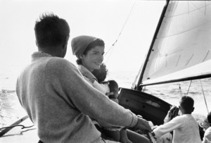 John F. Kennedy, Jacqueline Kennedy and Caroline Kennedy surrounded by cousins at Nantucket Sound1959 © 2000 Mark Shaw  - Image 2554_0045