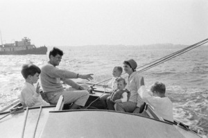 John F. Kennedy, Jacqueline Kennedy and Caroline Kennedy surrounded by cousins at Nantucket Sound 1959 © 2000 Mark Shaw - Image 2554_0047