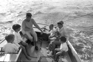 John F. Kennedy, Jacqueline Kennedy and Caroline Kennedy surrounded by cousins at Nantucket Sound1959 © 2000 Mark Shaw - Image 2554_0075