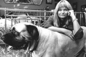 Valerie Perrine at home with her dogs1978 © 1978 Ulvis Alberts - Image 2808_0002
