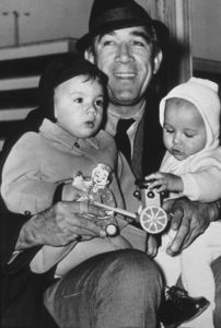 Anthony Quinn and his sons Francesco and Daniele, 1964. - Image 2844_0210