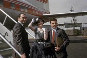 """Go Naked in the World""Ernest Borgnine, Gina Lollobrigida and Anthony (Tony) Franciosa arrive in Acapulco, Mexico1959 © 1978 Sid Avery - Image 3454_0109"