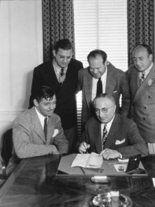 """""""Gone With The Wind,""""Clark Gable, David O. Selznick, Eddie Mannix, Louis B. Mayer and Al Lichtman signing contract August 25, 1938 - Image 3457_0033"""
