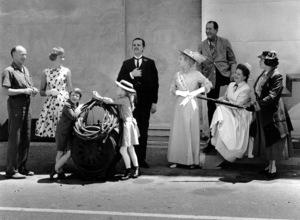 """Mary Poppins"" Julie Andrews, director Robert Stevenson, Matthew Garber, Karen Dotrice, David Tomlinson, Glynis Johns, Arthur Treacher, Hermione Baddley, Elsa Lanchester 1963 Disney ** I.V. - Image 3581_0023"