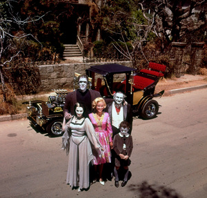 """Munsters, The"" Fred Gwynne, Yvonne De Carlo, Beverly Owen, Al Lewis, Butch Patrick 1964 © 1978 Gene Howard MPTV - Image 3600_0068"