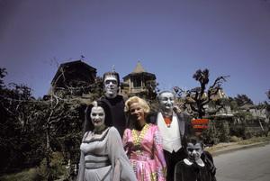 """""""The Munsters""""Fred Gwynne, Yvonne De Carlo, Beverley Owen, Al Lewis, Butch Patrick1964 © 1978 Gene Howard - Image 3600_0089"""
