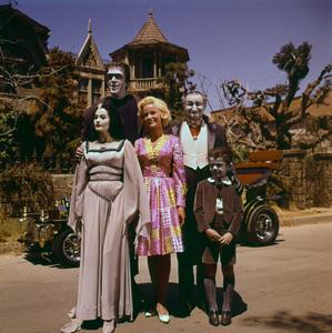 """""""The Munsters""""Fred Gwynne, Yvonne De Carlo, Beverley Owen, Al Lewis, Butch Patrick1964 © Gene Howard - Image 3600_0102"""
