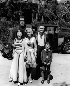 """The Munsters""Yvonne De Carlo, Fred Gwynne, Beverley Owen, Al Lewis, Butch Patrickcirca 1964** Part of the Kevin Burns Collection - Image 3600_0259"
