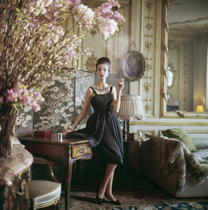 "Dior model in the home of couture director Suzanne Luling wearing the ""Romance"" dress (Spring-Summer Haute Couture collection, Silhouette de demain line)1960© 2013 Mark Shaw - Image 3956_0926"