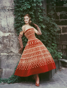 """Dorothy Tristan wearing the Dior """"Soiree cubaine"""" dress (Autumn-Winter Haute Couture collection, Y line)1955© 2013 Mark Shaw - Image 3956_0988"""