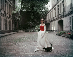 Model in the courtyard of the former Hôtel de Jassaud located 19 quai de Bourbon 4th district (4ème arrondissement) in Paris1955© 2010 Mark Shaw  - Image 3956_1032