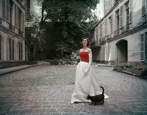 Model in the courtyard of the former Hôtel de Jassaud located 19 quai de Bourbon 4th district (4ème arrondissement) in Paris1955© 2010 Mark Shaw  - Image 3956_1032