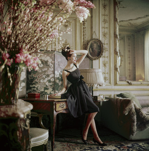 """Dior model in the home of couture director Suzanne Luling wearing the """"Romance"""" dress (Spring-Summer Haute Couture collection, Silhouette de demain line)1960© 2013 Mark Shaw - Image 3956_1071"""