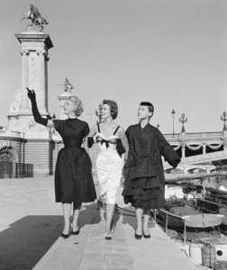 "Dior fashion models at the Pont Alexandre in Paris wearing ""Coupole,"" ""Nuit Blanche,"" (worn by Cynthia Peters) and ""Florentine"" ensembles (Autumn-Winter Haute Couture collection, Vivante line)1953© 2013 Mark Shaw - Image 3956_1092"