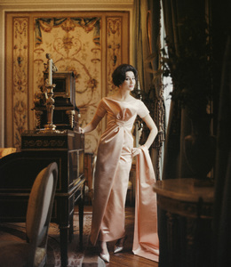 """Vicomtesse Jacqueline de Ribes wearing the """"Ibis"""" dress (Spring-Summer Haute Couture collection, Longue line)1959© 2013 Mark Shaw - Image 3956_1093"""