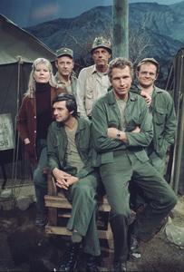 """M.A.S.H."" Alan Alda, Wayne Rogers, Gary.Burghoff, Loretta Swit,Larry Linville, McLean Stevenson1975 Photo by Bud Gray - Image 3958_0025"