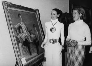 Gloria Vanderbilt looks at a portraitof she & her sons by painter Zita Davisson1972 - Image 4014_0003