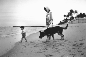 Jacqueline Kennedy with John Kennedy Jr.at Palm Beach 1963 © 2000 Mark Shaw - Image 4027_0117