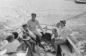 John F. Kennedy, Jacqueline Kennedy and Caroline Kennedy surrounded by cousins at Nantucket Sound 1959 © 2012 Mark Shaw - Image 4027_0153