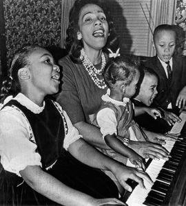 "Coretta Scott King and her children Yolanda Denise, Bernice Albertine, Dexter Scott and Martin Luther III singing ""freedom"" songs of the integration movement in their Atlanta home1964 - Image 4606_0017"