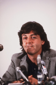 Paul McCartney at a Press Conference surrounded by microphones © 1980 Gunther / MPTV - Image 4643_0090