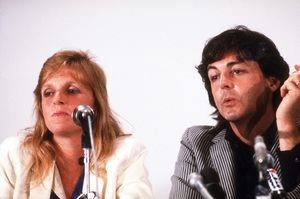 Linda and Paul McCartney at a Press Conference © 1980 Gunther / MPTV - Image 4643_0093
