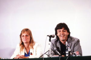 Paul and Linda McCartney at a Press Conference © 1980 Gunther / MPTV - Image 4643_0094