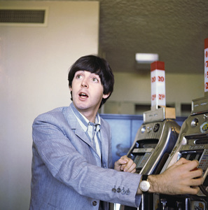 Paul McCartney playing a slot machine1964 © 1978 Gunther - Image 4643_0155