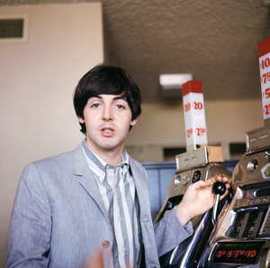 Paul McCartney playing a slot machine1964 © 1978 Gunther - Image 4643_0156