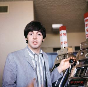 Paul McCartney playing a slot machine1964 © 1978 Gunther - Image 4643_0156