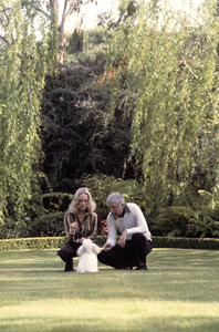 Aaron Spelling at home with his wife Candy1979 © 1979 Gene Trindl - Image 4814_0053