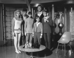 """Lost in Space"" Marta Kristen, Mark Goddard, Angela Cartwright, Bill Mumy, Guy Williams & June Lockhart circa 1965 © 2009 Space Productions ** I.A. - Image 5095_0151"