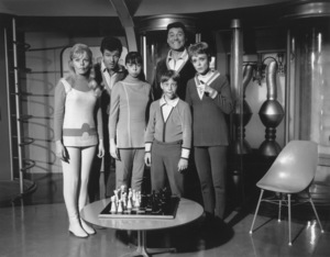 """Lost in Space"" Marta Kristen, Mark Goddard, Angela Cartwright, Bill Mumy, Guy Williams & June Lockhart circa 1965 © 2009 Space Productions ** I.A. - Image 5095_0151"