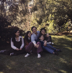 Alan Alda at home with his wife, Arlene, and their three daughters, Eve, Elizabeth and Beatricecirca 1970s© 1978 Chester Maydole ** J.C.C. - Image 5169_0038