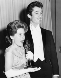 """Patty Duke wins an Academy Award as Best Supporting Actress for her role as Helen Keller in """"The Miracle Worker"""" (pictured here with George Chakiris backstage)1963** B.D.M. - Image 5356_0056"""