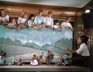 """The Sound of Music"" Kym Karath, Debbie Turner, Angela Cartwright, Duane Chase, Heather Menzies, Nicholas Hammond, Charmian Carr, Julie Andrews, director Robert Wise1965 20th ** I.V. - Image 5370_0158"