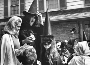 """Bewitched""Elizabeth Montgomery, Dick Sargentc.1970 ABC**I.V. - Image 5406_0074"
