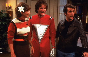 """Happy Days""Penny Marshall, Robin Williams, Henry WinklerC. 1976 ABC © 1978 David SuttonMPTV - Image 5417_0034"
