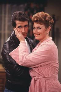 """Happy Days""Henry Winkler,Marion Ross © 1980 ABC**H.L. - Image 5417_0214"