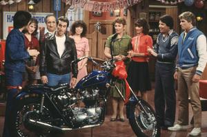 """Happy Days""Scott Baio, Cathy Silvers, Al Molinaro, Henry Winkler, Erin Moran, Lynda Goodfriend, Marion Ross, Anson Williams, Ted McGinley © 1981 ABC / MPTV - Image 5417_0217"