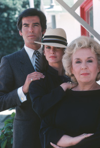 """Remington Steele""Pierce Brosnan,Stephanie Zimbalist,Doris Roberts1984**H.L. - Image 5466_0037"