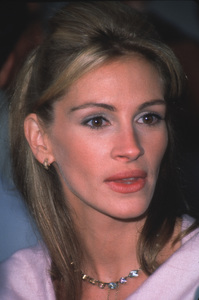 "Julia Roberts at the ""Runaway Bride"" Premiere.7/25/99. © 1999 Weiner - Image 5598_0018"